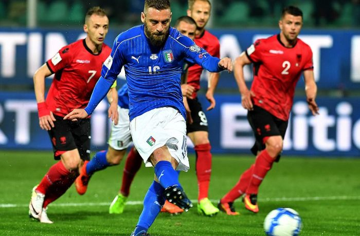 Футболисты из Италии обыграли сборную Албанию в матче, омраченном бесчинствами толпы