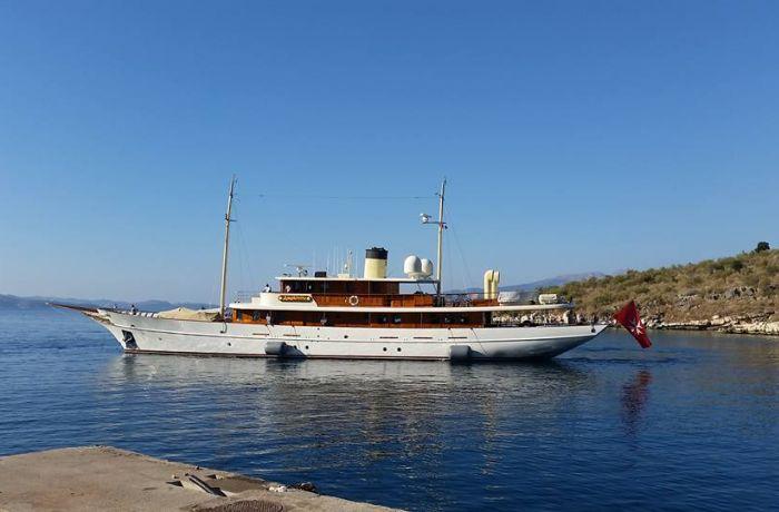 Яхта Джоан Роулинг бросила якорь у берегов Албании