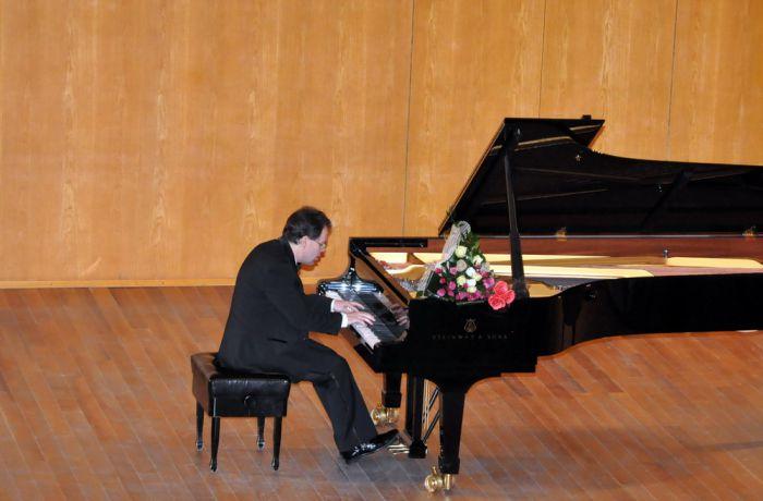 Российский пианист Юрий Богданов провел сольные концерты в Албании
