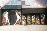 Художник-граффитист меняет лицо столицы Албании